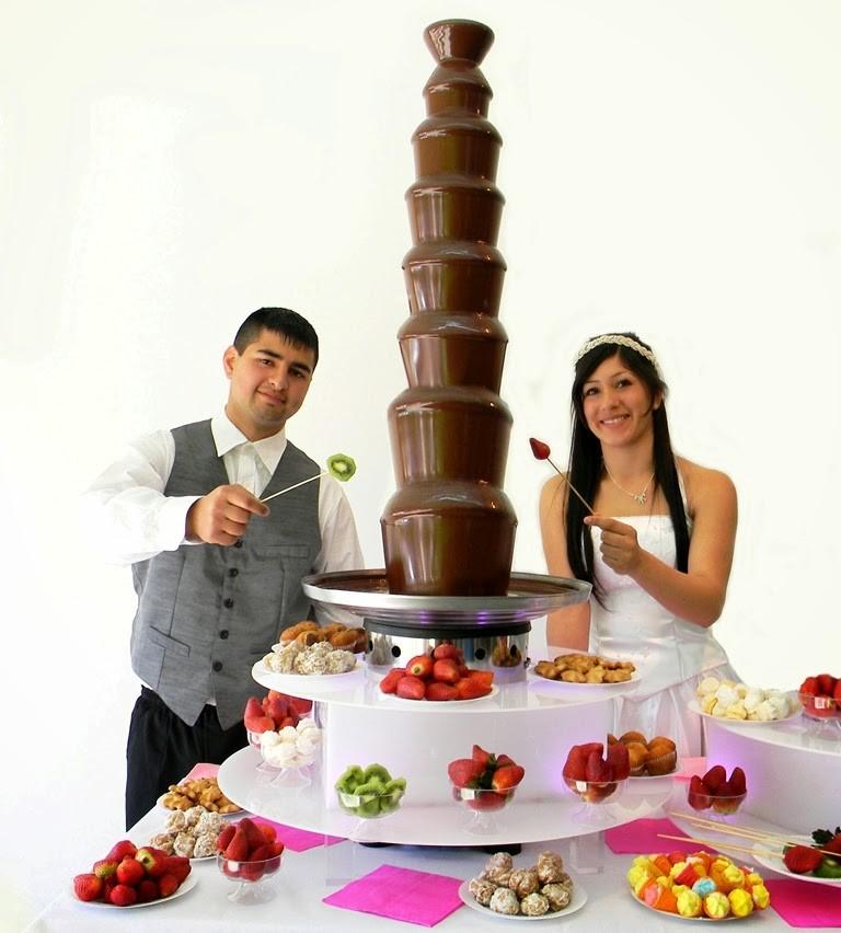 Los novios también disfrutan de un momento de relax frente a una fuente de chocolate Tatacuá