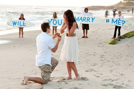 El escenario más perfecto es la playa y la ayuda de unos amigos para pedir matrimonio
