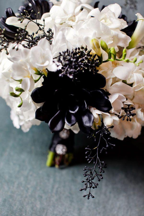 Colores pastel y una guinda perfecta en negro para un ramo de novia de lo más original