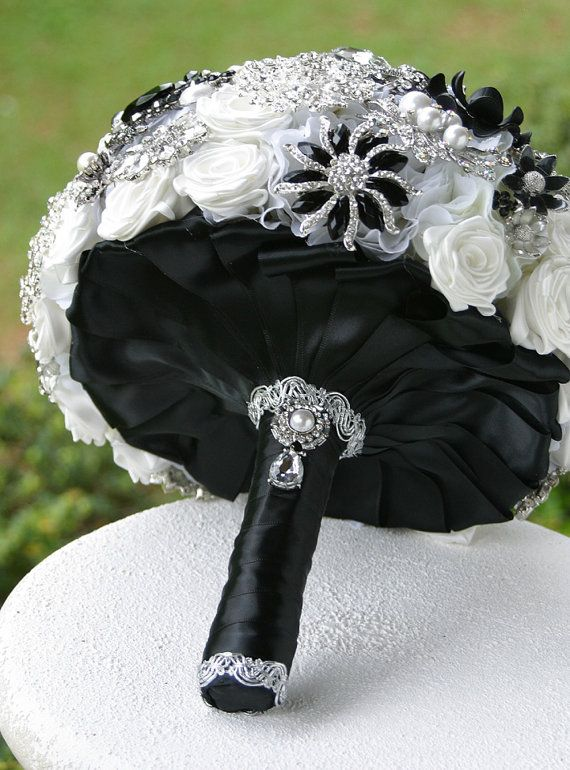 Ramo de novia en raso negro y acompañado por flores de pedrería
