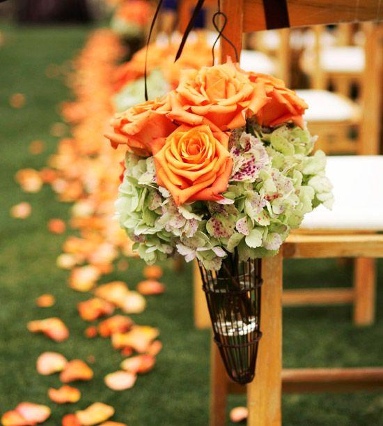 Rosas en color mandarina para decorar las sillas del enlace