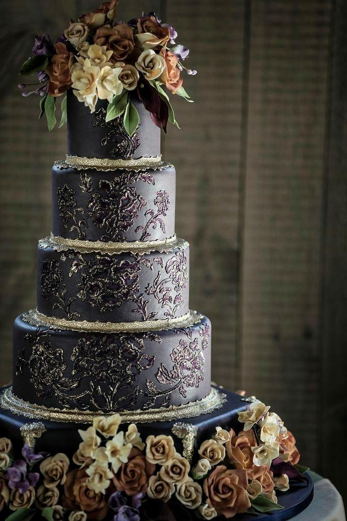 Cuatro pisos para una tarta con mucha elegancia