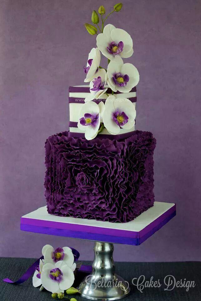 Una original tarta con flores en blanco y morado