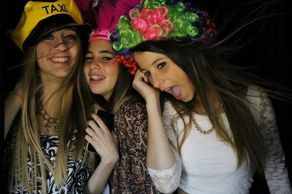 Los recuerdos con las amigas en una cabina Selfie Box