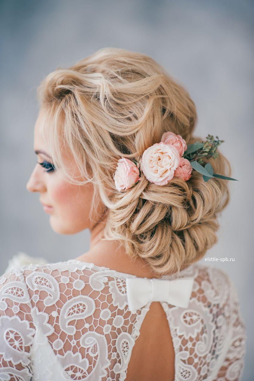 Las flores naturales pueden aportar más romanticismo al peinado