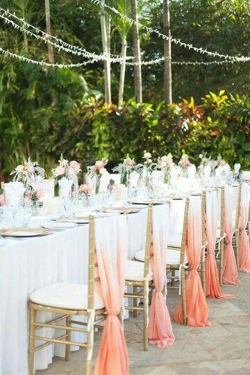 Usa telas degradadas para decorar las sillas del banquete