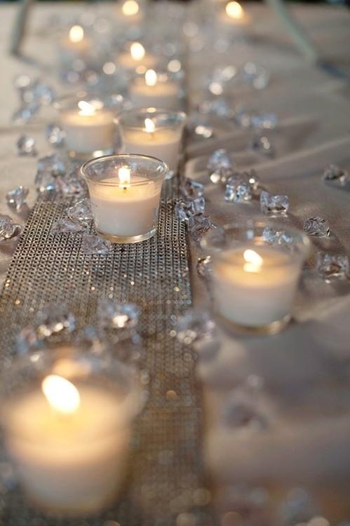 Un camino de velas en las mesas