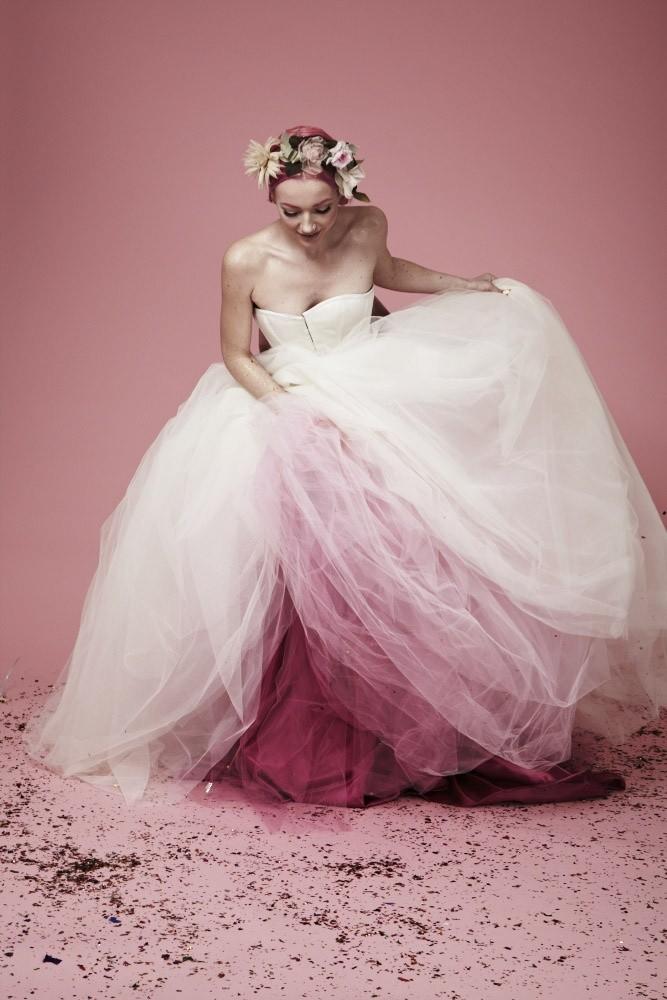 Un vestido rockero de novia con pinceladas de color