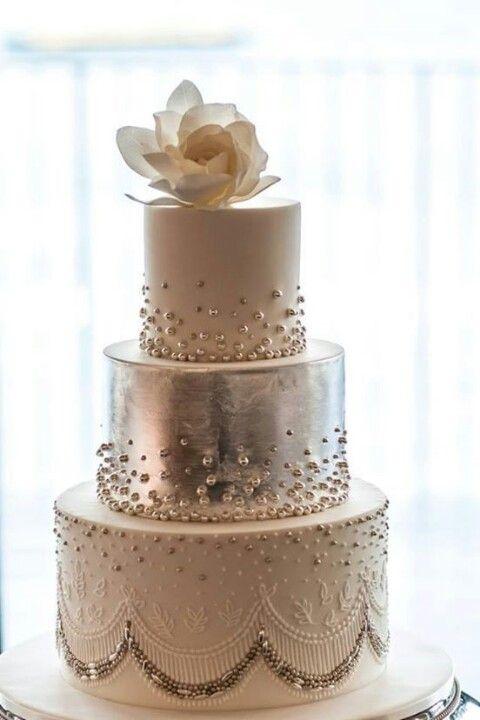 Tarta plateada  y con rosa superior
