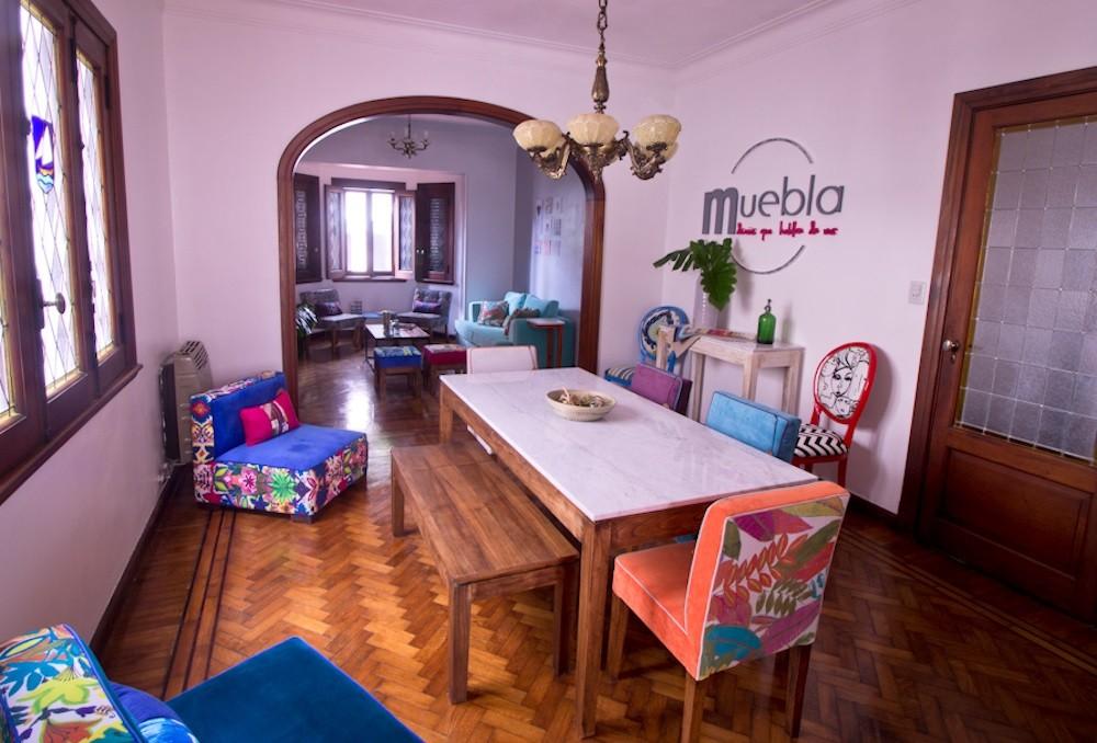 Una casa con decoración original y a todo color