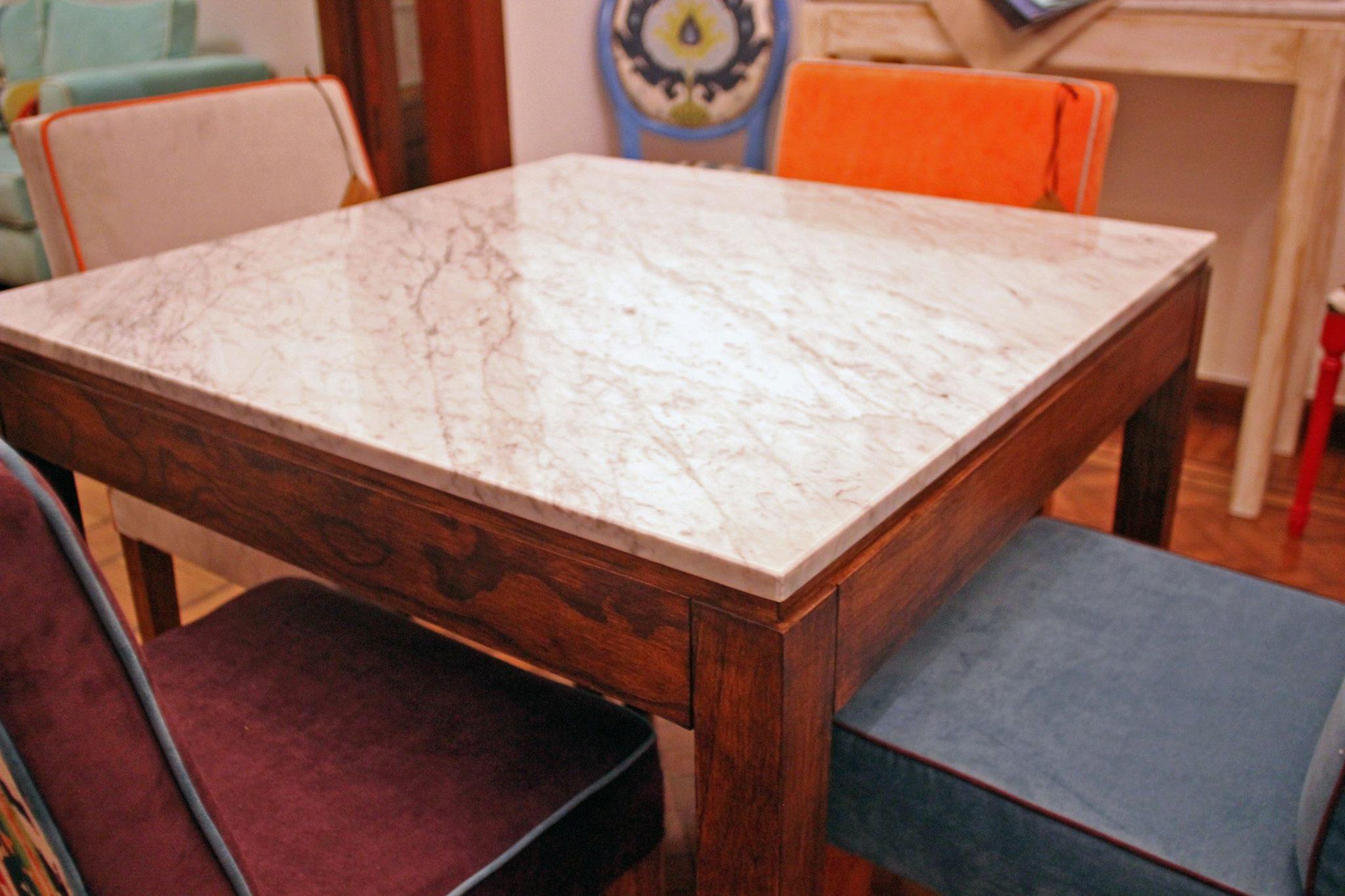 Sillas de colores que combinan con mesa de madera y superficie de mármol