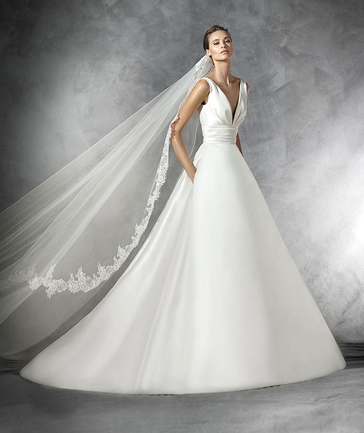 Escote a pico y falda lisa para el vestido Pronovias 2016 de nombre Plaza