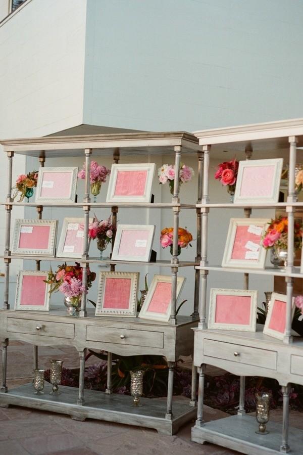 Los cuadros o portafotos también llevarán el número de las mesas y los nombres de invitados