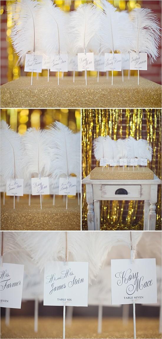 Para una boda de estilo glam, usa unas plumas con los nombres de los invitados y el número de mesa