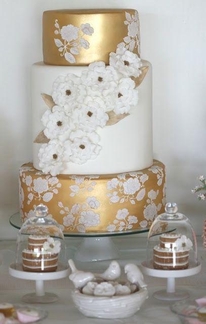 Dos pisos dorados y uno blanco con flores...¿quien puede resistirse?