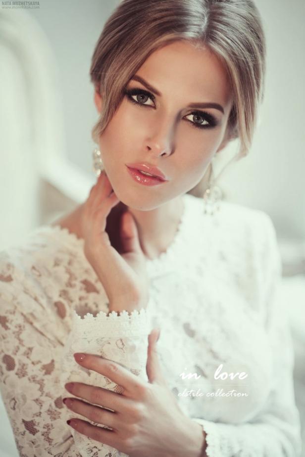La sencillez del maquillaje del peinado nos aporta la elegancia necesaria