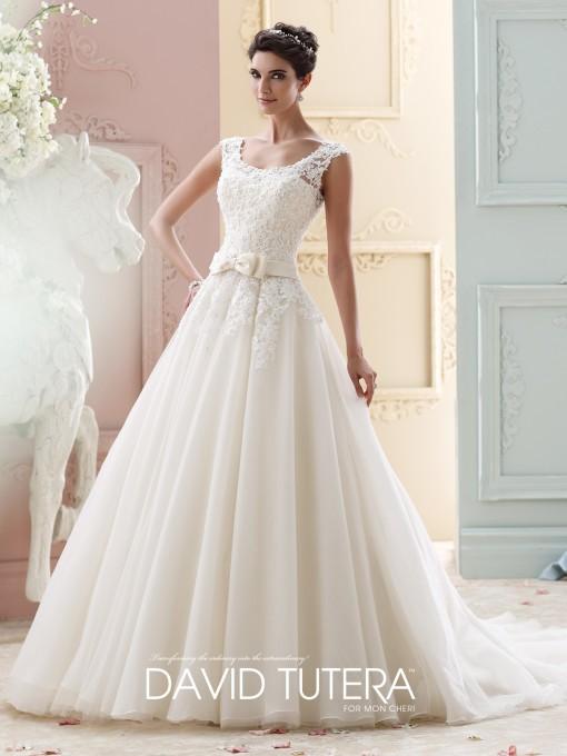 Un precioso lazo marca la cintura de la novia David Tutera
