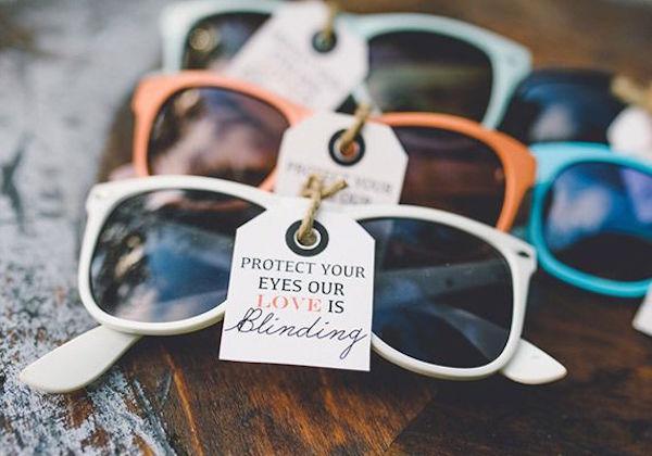 Gafas de colores y con mensaje. Una idea perfecta como recuerdo de boda