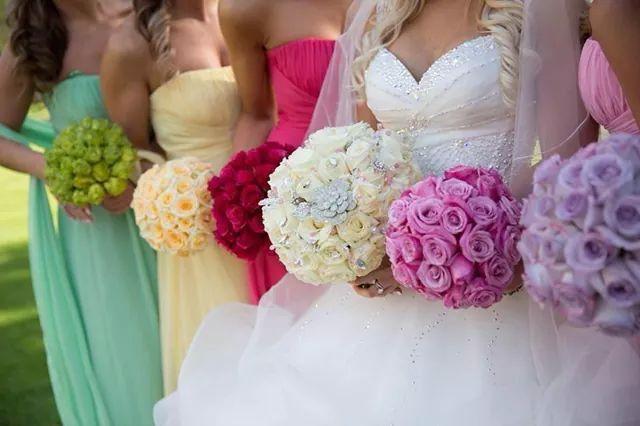 Preciosa combinación de bouquets tanto para la novia como para las damas