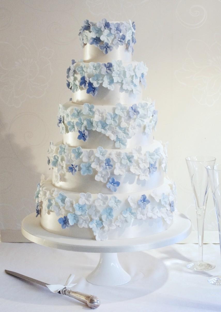 El azul y el blanco se entremezclan para dar vida a un pastel delicioso y con fondant