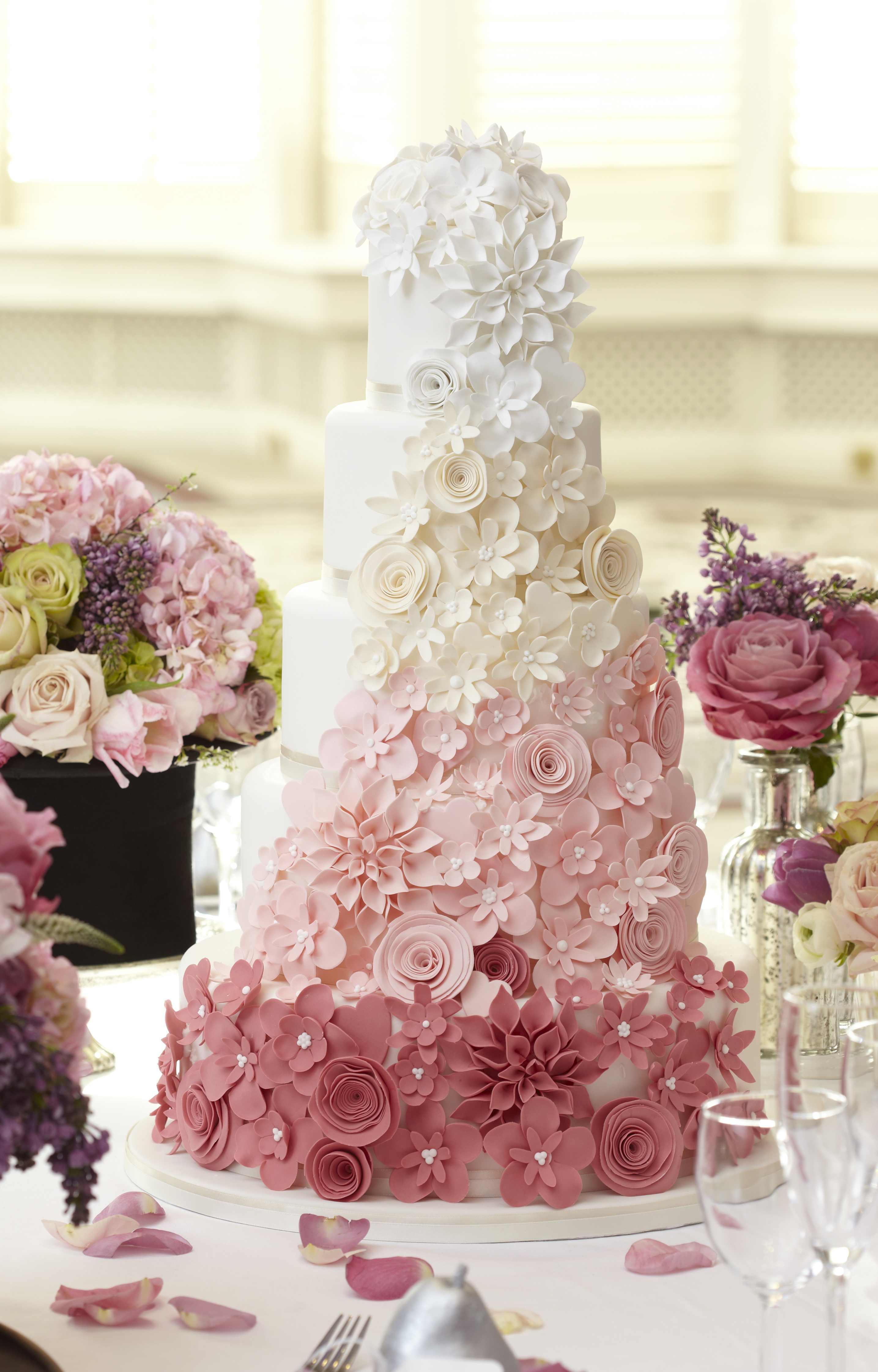 El efecto degradado siempre tiene que estar presente en los pasteles de boda más originales