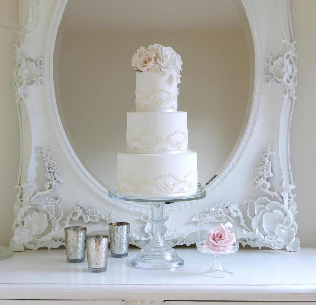 Delicadeza y buen gusto en una tarta de boda sencilla