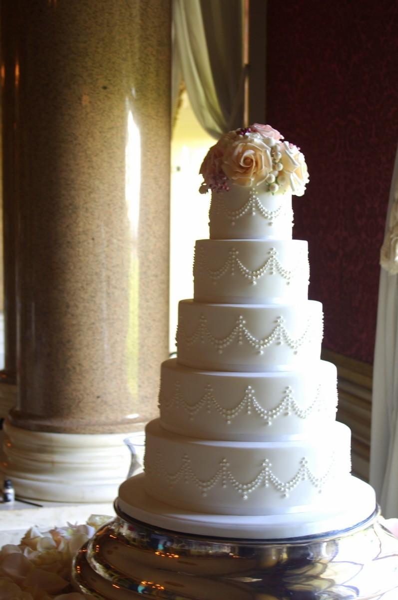 Tarta de boda con pisos redondos y recubierta con fondant. ¡Un bocado perfecto!