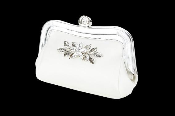 Preciosa cartera en color blanco para novias