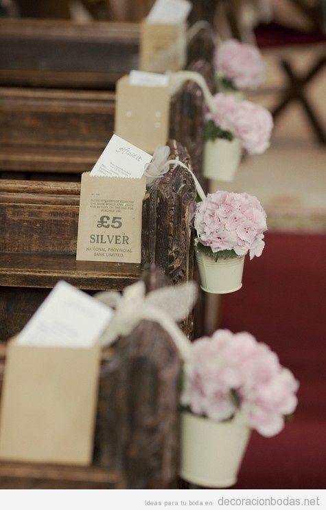 Unas pequeñas macetas para los bancos de la ceremonia