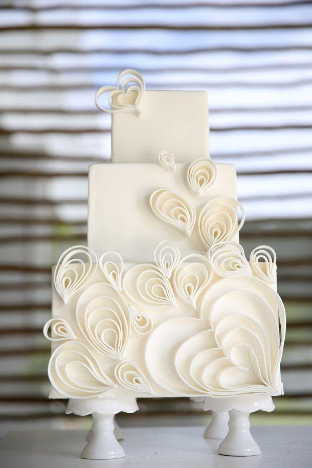 Gracias al fondant podemos hacer las figuras y los detalles que queramos para cubrir un pastel de boda como éste