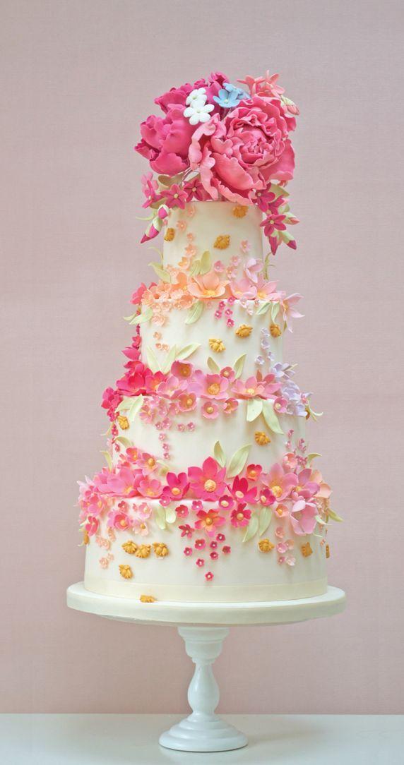 Para una boda llena de color, un pastel decorado con flores muy vivas