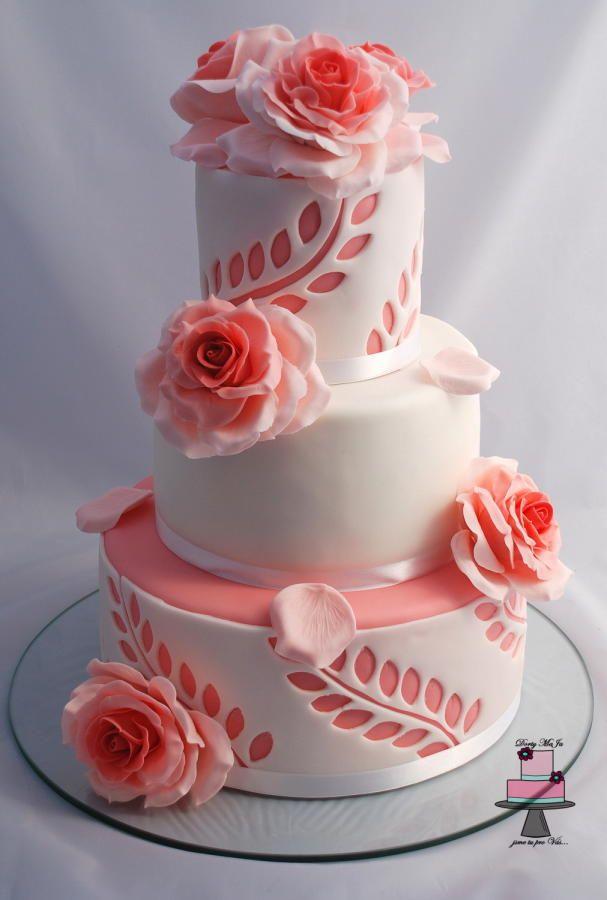 Las hojas y las rosas añaden el toque romántico a una tarta como ésta