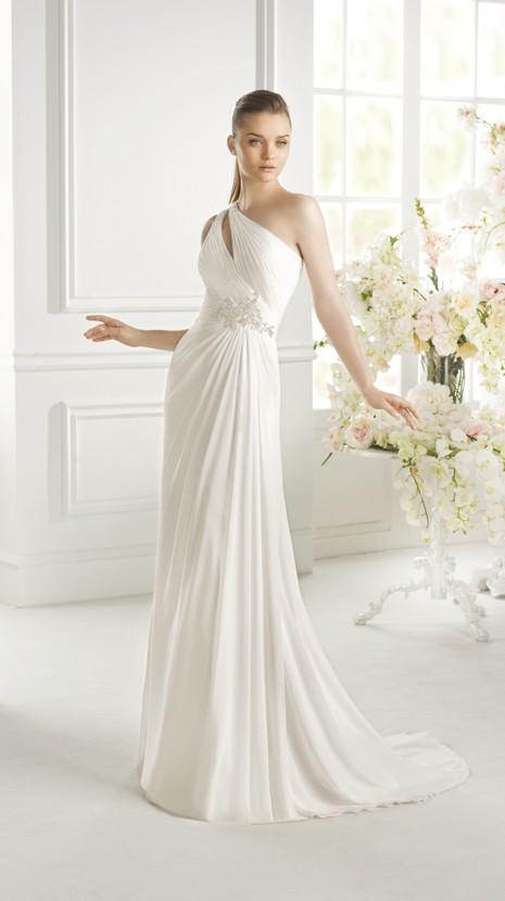 Un corte asimétrico da vida a este vestido de novia fluido y perfecto para ti
