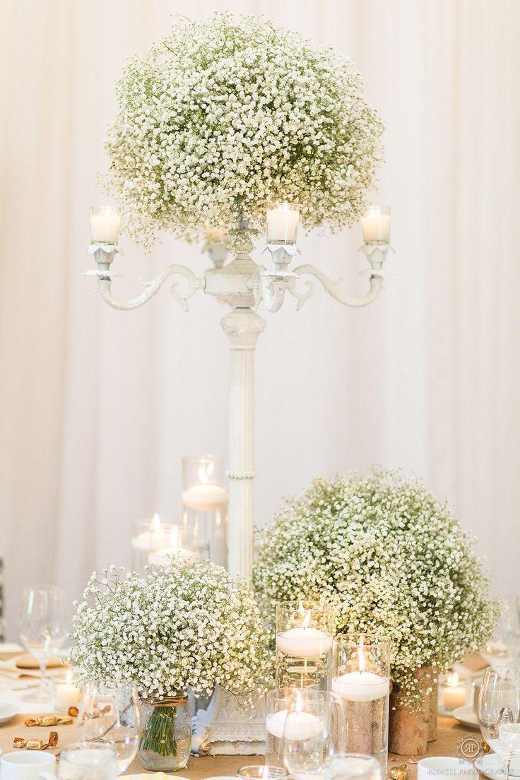 Combina centros altos y bajos para las mesas de invitados de boda