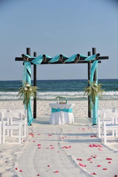 El turquesa no puede falta en una boda al lado del mar