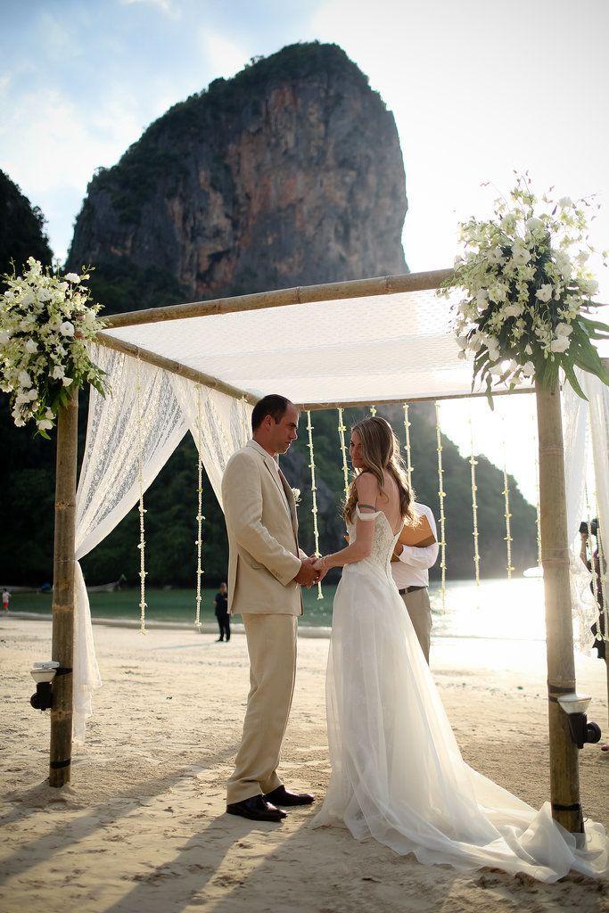 El blanco se une en una decoración sencilla y natural para tu boda en la playa