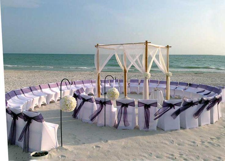 Original forma de colocar las sillas de una boda en la playa: en forma de caracola