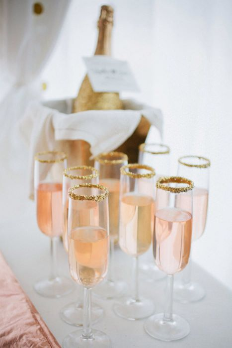 El champán rosado es una exquisita bebida para poder brindar en el día de tu boda