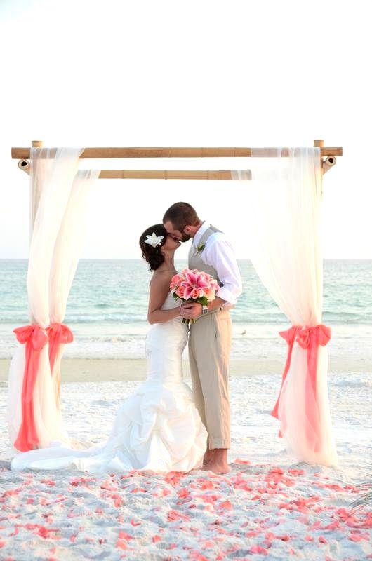 Así como el azul, el color coral pone la nota más brillante a la decoración de boda