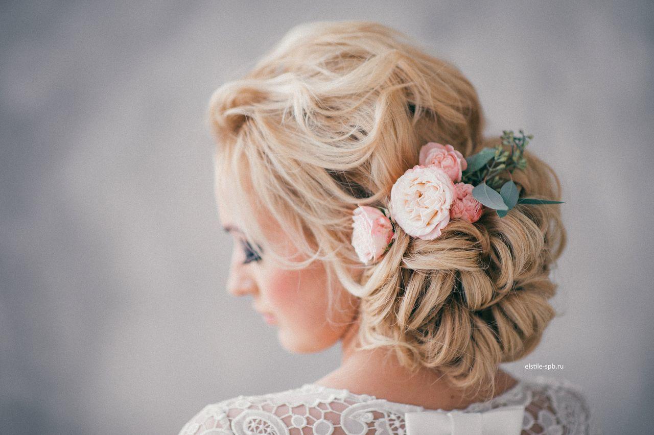Recogido bajo para novia que se termina con unas flores color pastel