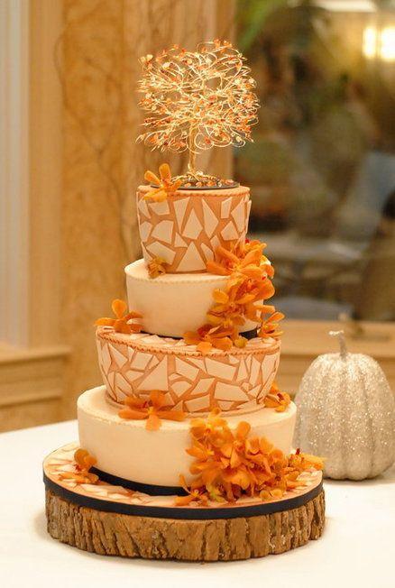 Un pastel con varios pisos y un precioso color naranja