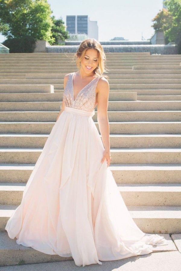 Un vestido de novia que combina la sencillez con las suaves pinceladas de color