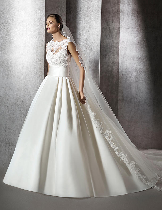 Falda de novia lisa con cuerpo de bordados