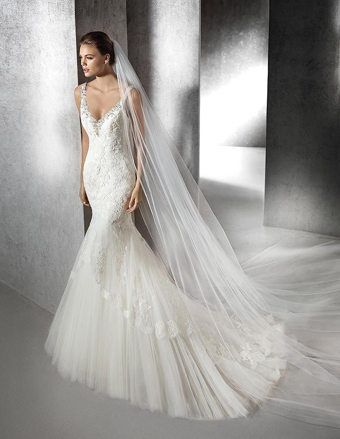 Vestido recto con tirantes y pedrería para las novias 2016