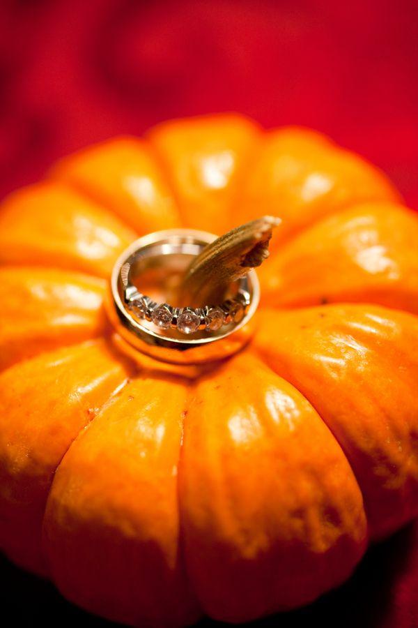 Los anillos de boda en la calabaza