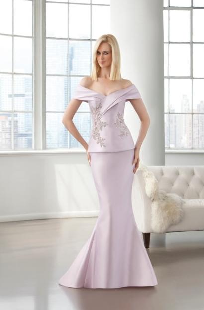 El color pastel decora un vestido con un escote que marca tendencia