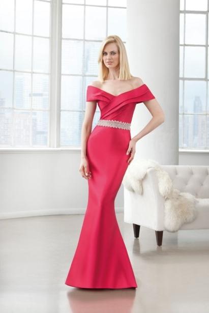 Vestido de hombros caídos y de color rosa fucsia