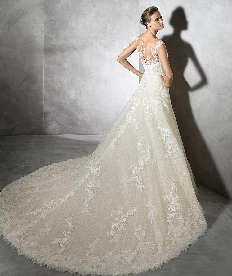 Vestido de novia Pronovias con larga cola y escote trasero