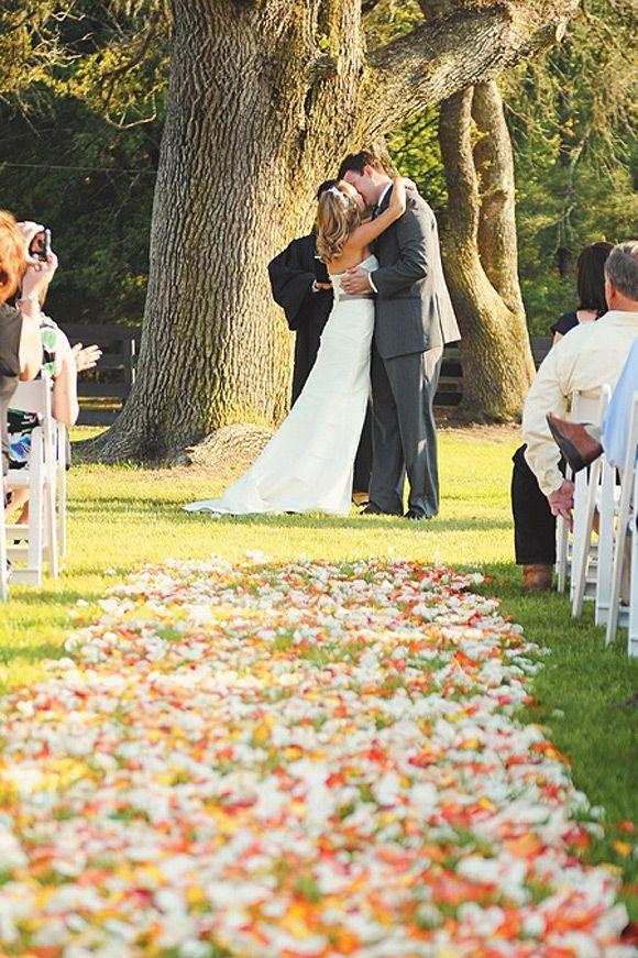 Pasillo con pétalos de colores para tu boda
