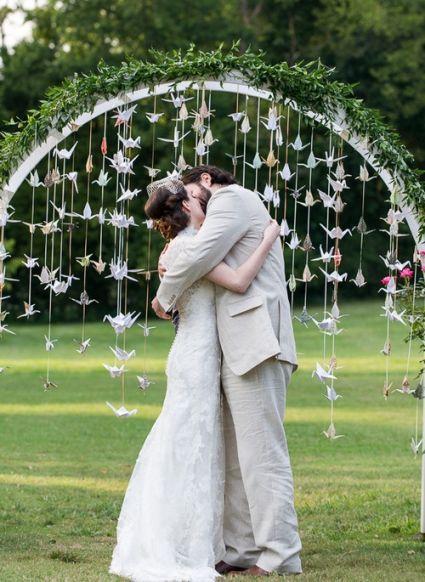 Un romántico beso de los recién casados